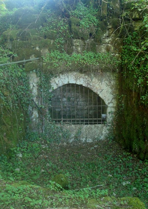 Puits avec pompe aux environs de Seniergue