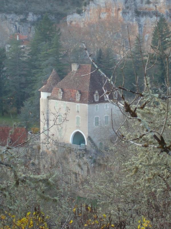 Vue sur le château de Geniez -Sauliac-sur-Célé