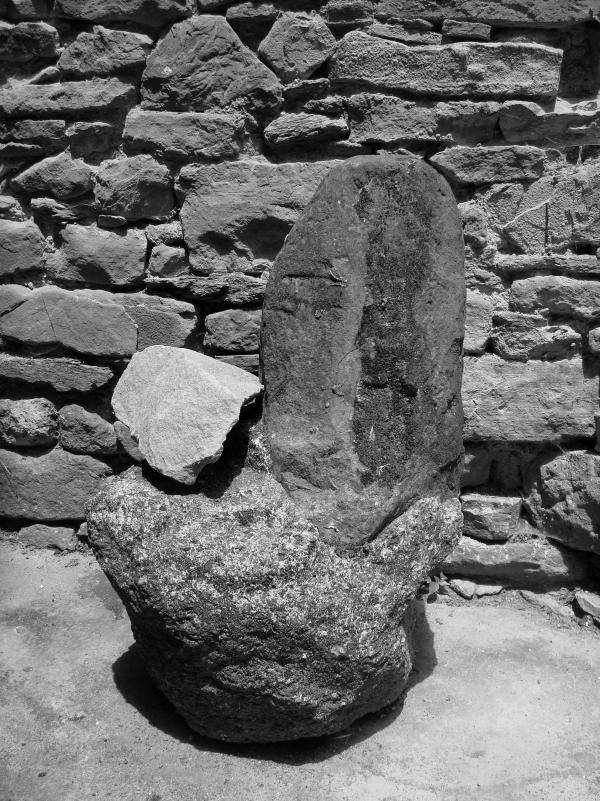 Une étrange pierre près de l'Eglise de Monestiés