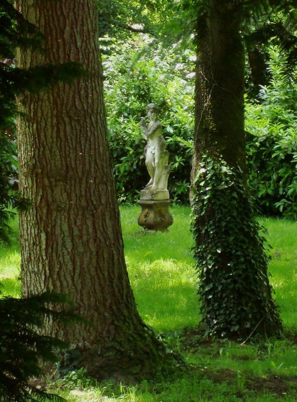 Monestiés, jardin secret gardé par une vieille poule