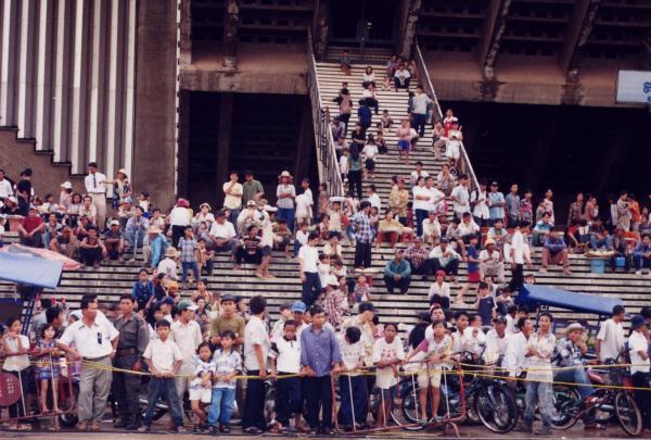 Plasticiens Volants - Montage de Don Quichotte - Gradins extérieurs du stade de sinistre mémoire de Phnom Penh - Cambodge - 1999