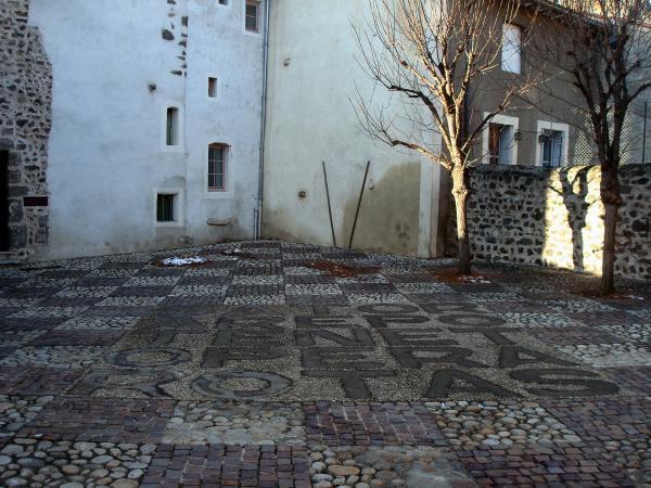"""Cour du """"carré magique"""" (Carré Sator) de l'église St Clair - Aiguilhe"""