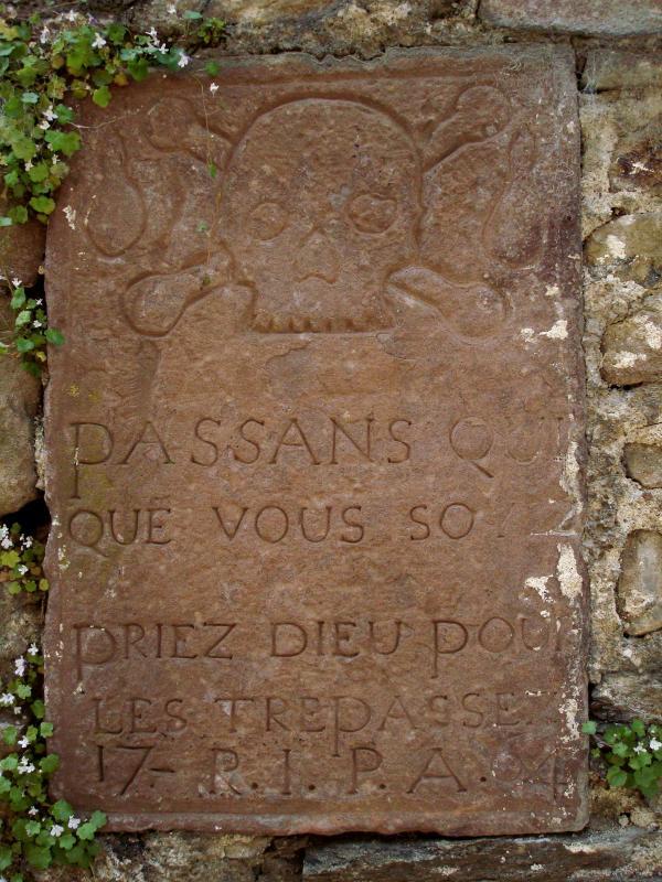 Sur le mur d'un ancien cimetière, Monestiés