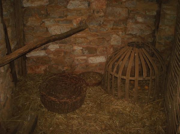 Écomusée de Cuzal - Intérieur paysan traditionnel du Quercy, attenant à la pièce de vie, l'étable pour âne, chèvres etc et poulailler (du Moyen-Âge à env. 1750)